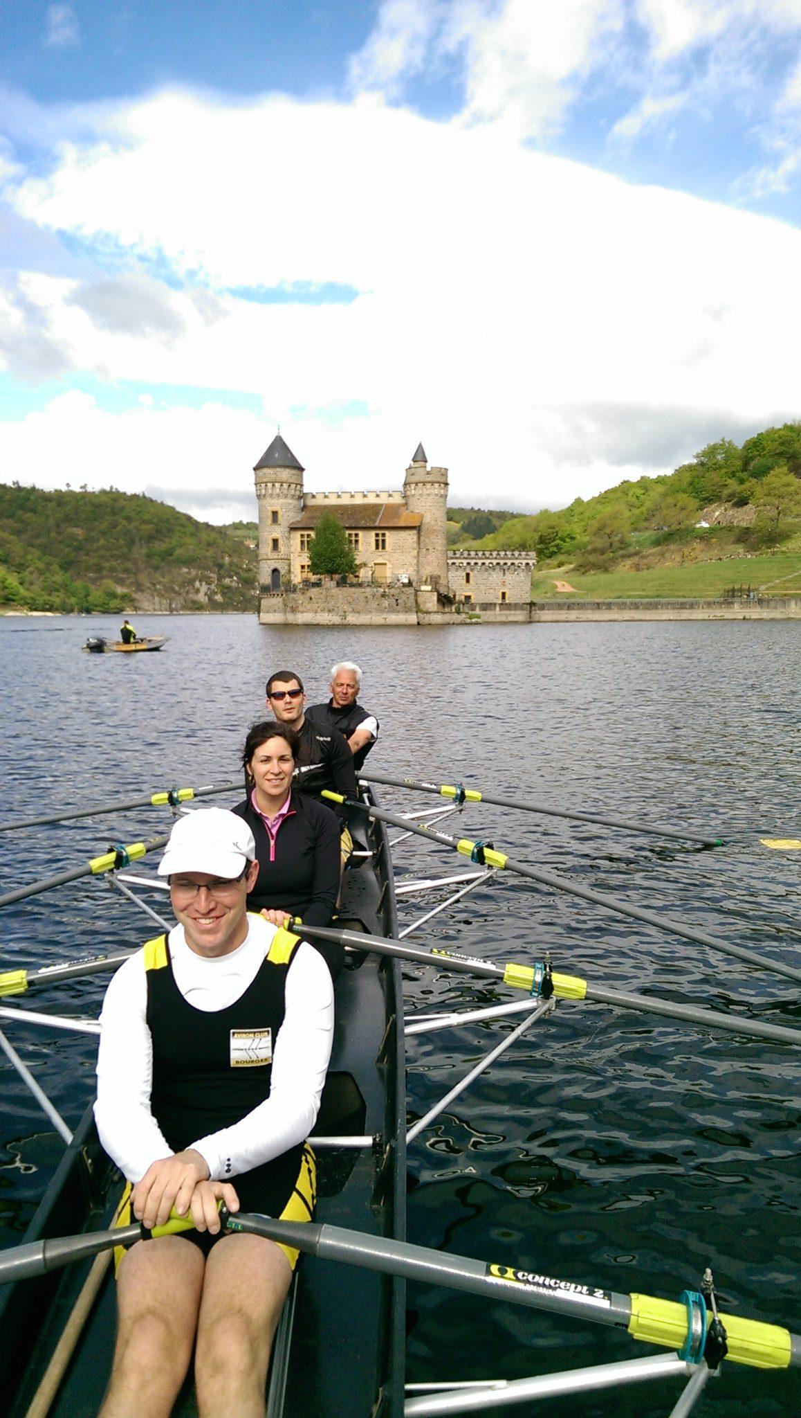 Les randonneurs devant le château de la Roche avec Pierre, Caroline, Yves et Daniel (et Richard à la barre et photographe)