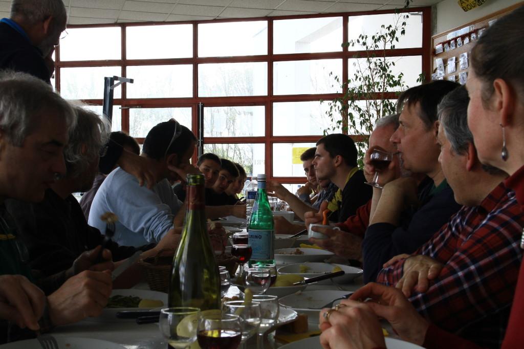 Le repas entre bénévoles, coachs et rameurs