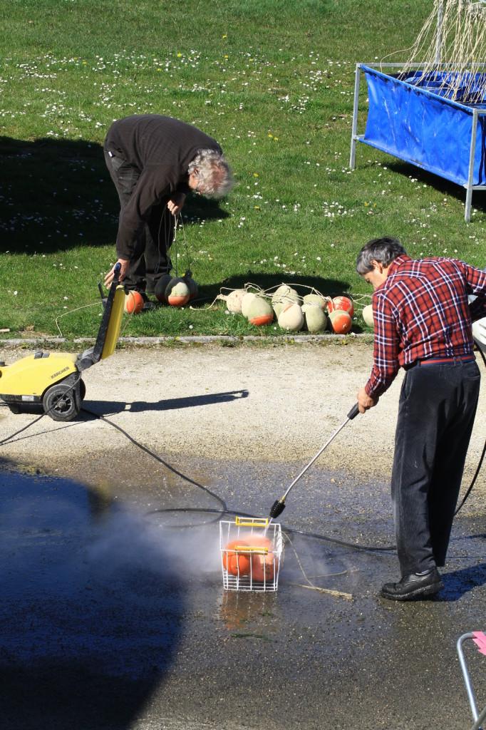 La première équipe au lavage des bouées