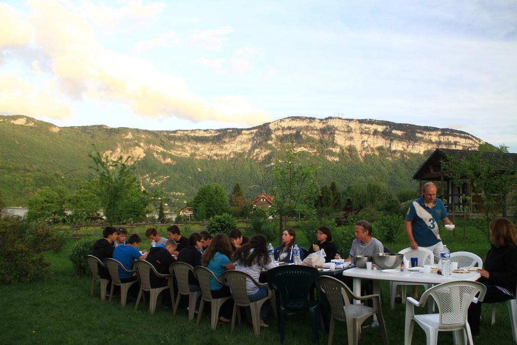 Repas au camping au bord du lac