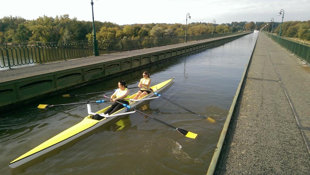 Le double avec Brigitte et Lucie lors de la traversée du pont.