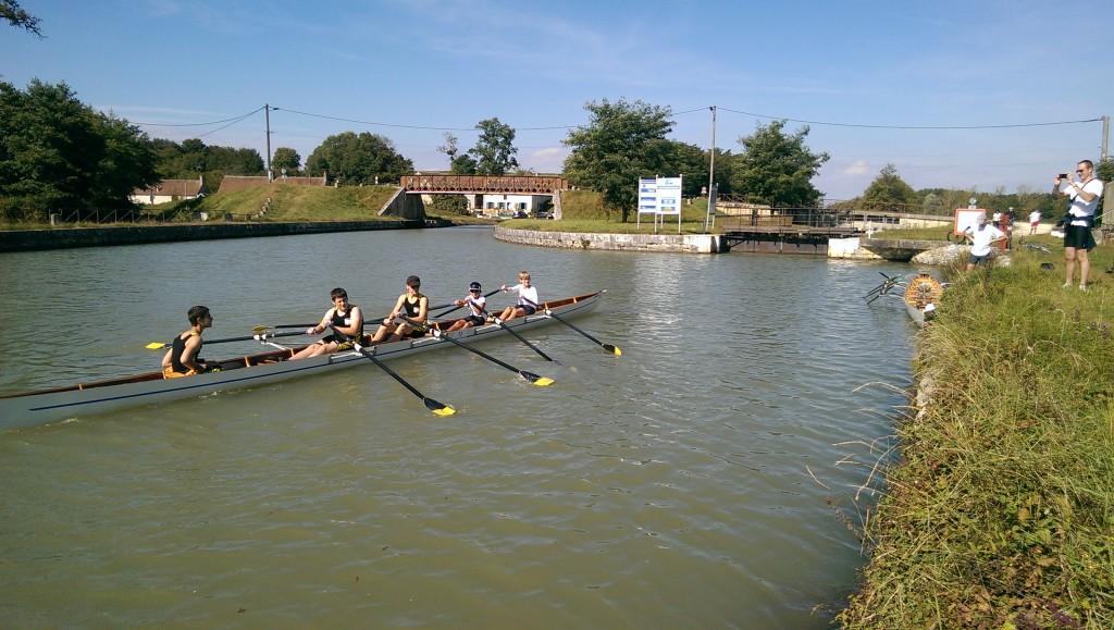 Le bateau des jeunes à la manœuvre pendant le demi-tour avant de rentrer.