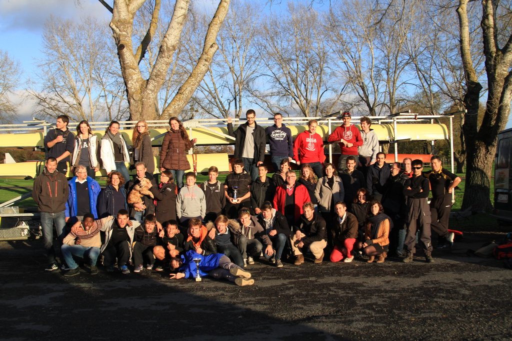 Le groupe de rameurs, arbitres, entraîneurs, accompagnateurs de Bourges