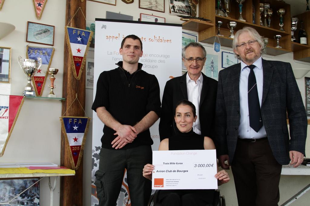 Remise du chèque par Etiien Bordry (au centre) avec Yves Bourreau, Nelly André et Hervé Blaise, le président du club