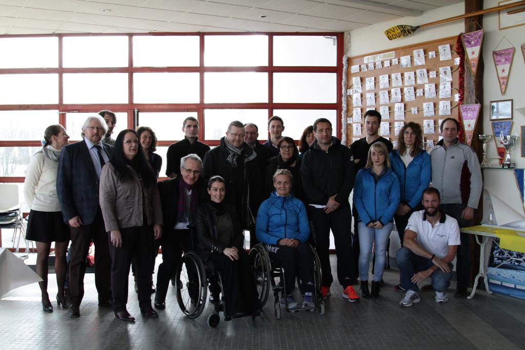 La remise de chèque en présence de l'équipe de France Handi-aviron